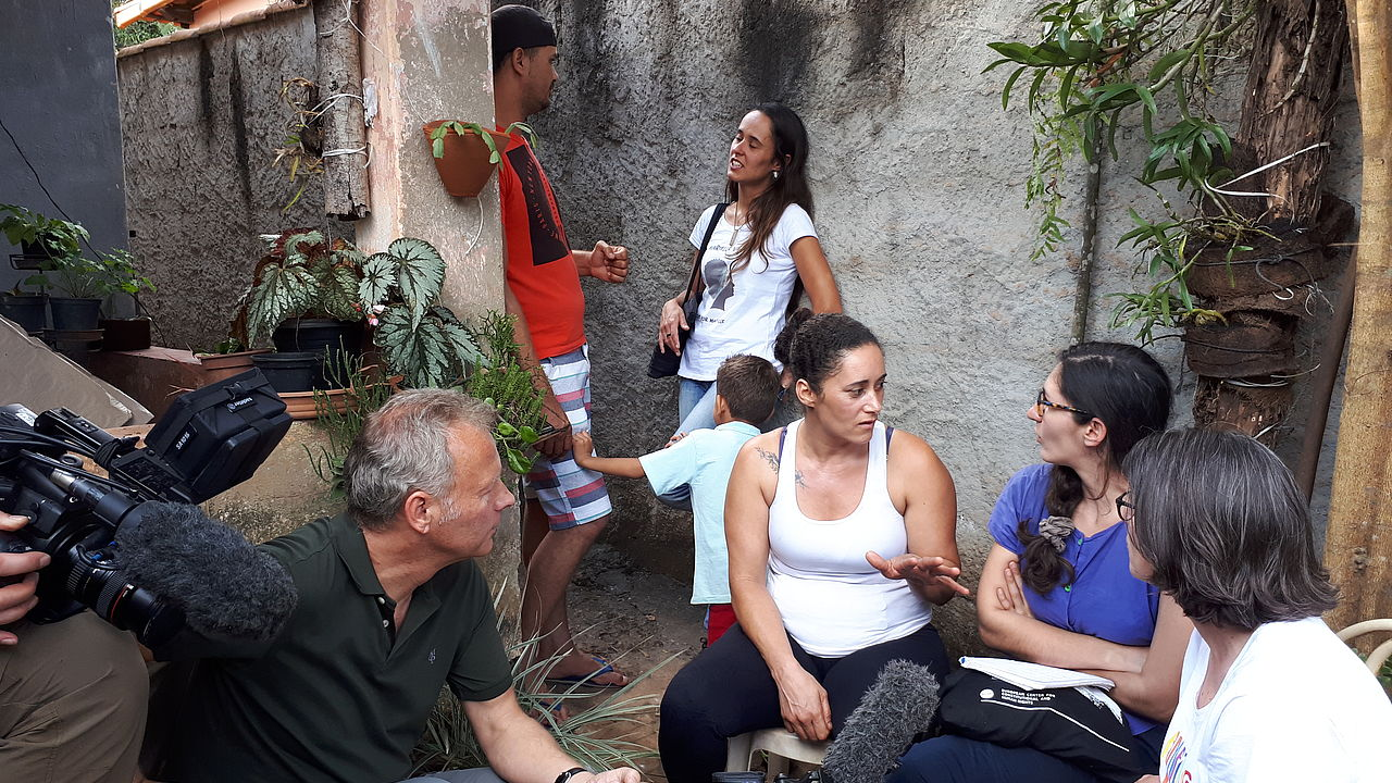 Claudia Müller-Hoff and Cannelle Lavite (f.r., both ECCHR) talk to local inhabitant whose house has been destroyed © Photo: ECCHR
