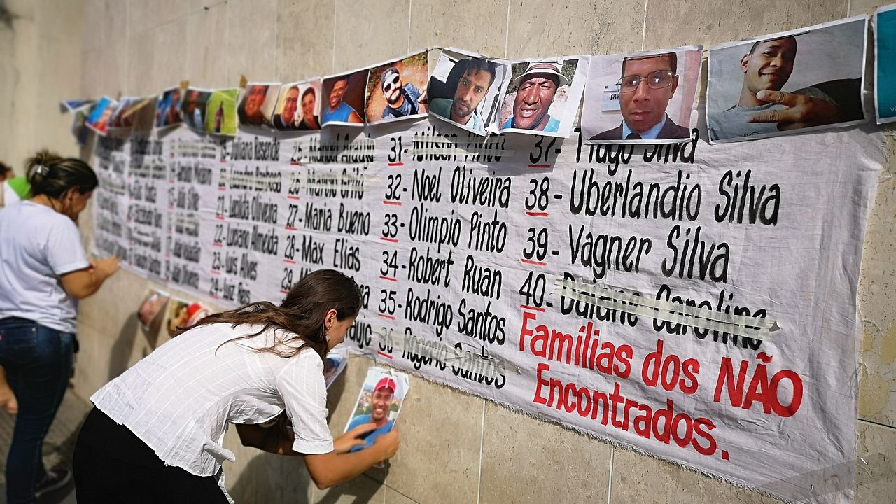 Families remember the victims in front of Minas Gerais Labour Court © Photo: ECCHR