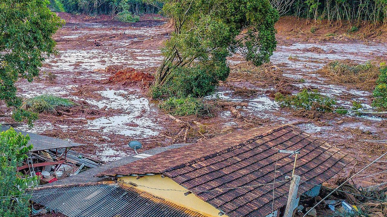 A house destroyed by the mud slide © Ricardo Sturk, Movimento dos Atingidos por Barragens (MAB), Brazil