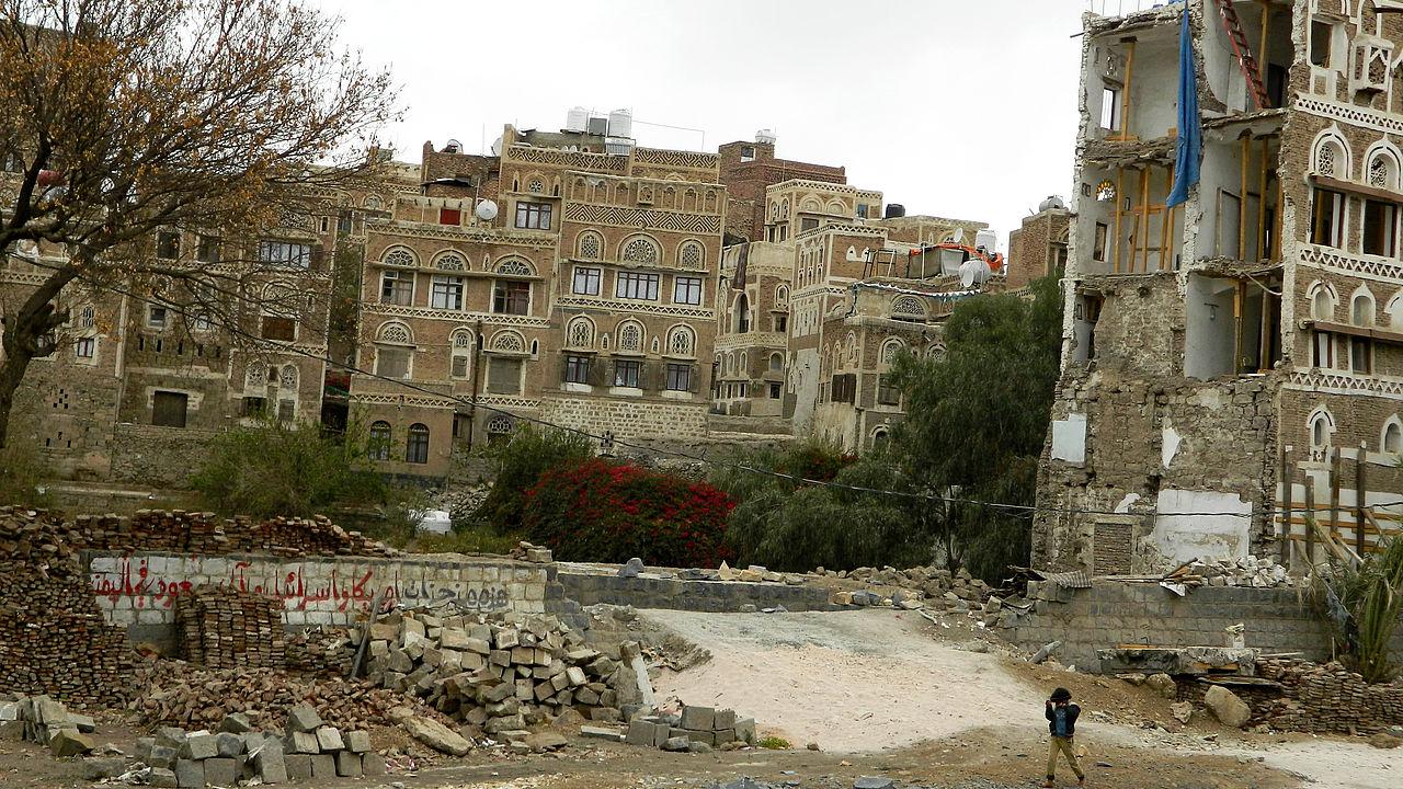 Ein Wohnviertel in der Altstadt von Sana'a (Jemen) nach einem Luftangriff der von Saudi Arabien und den VAE geleiteten Militärkoalition © Mwatana