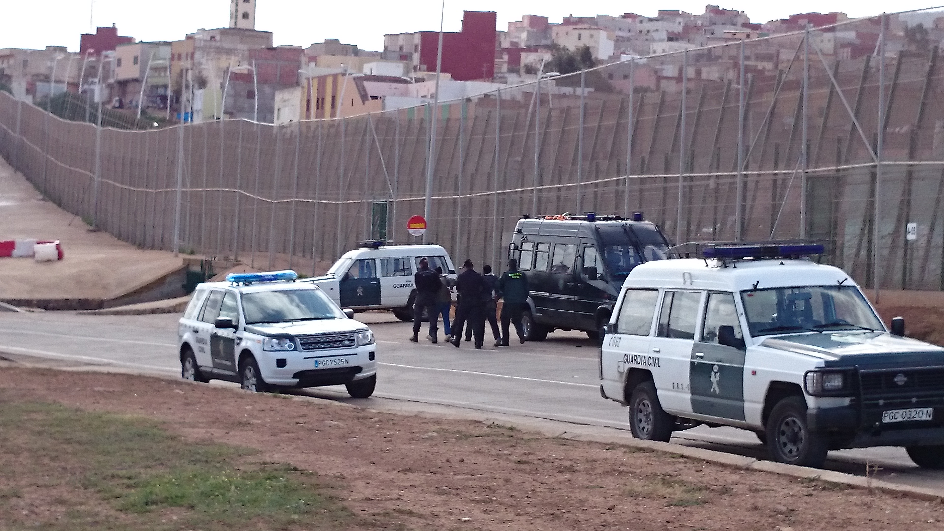 Melilla, December 2014: The Guardia Civil grabbing and handcuffing D.D. on Spanish side of the border © Photo: ECCHR